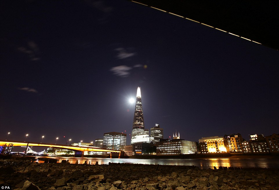 1407739341550_wps_2_a_view_of_the_supermoon_o