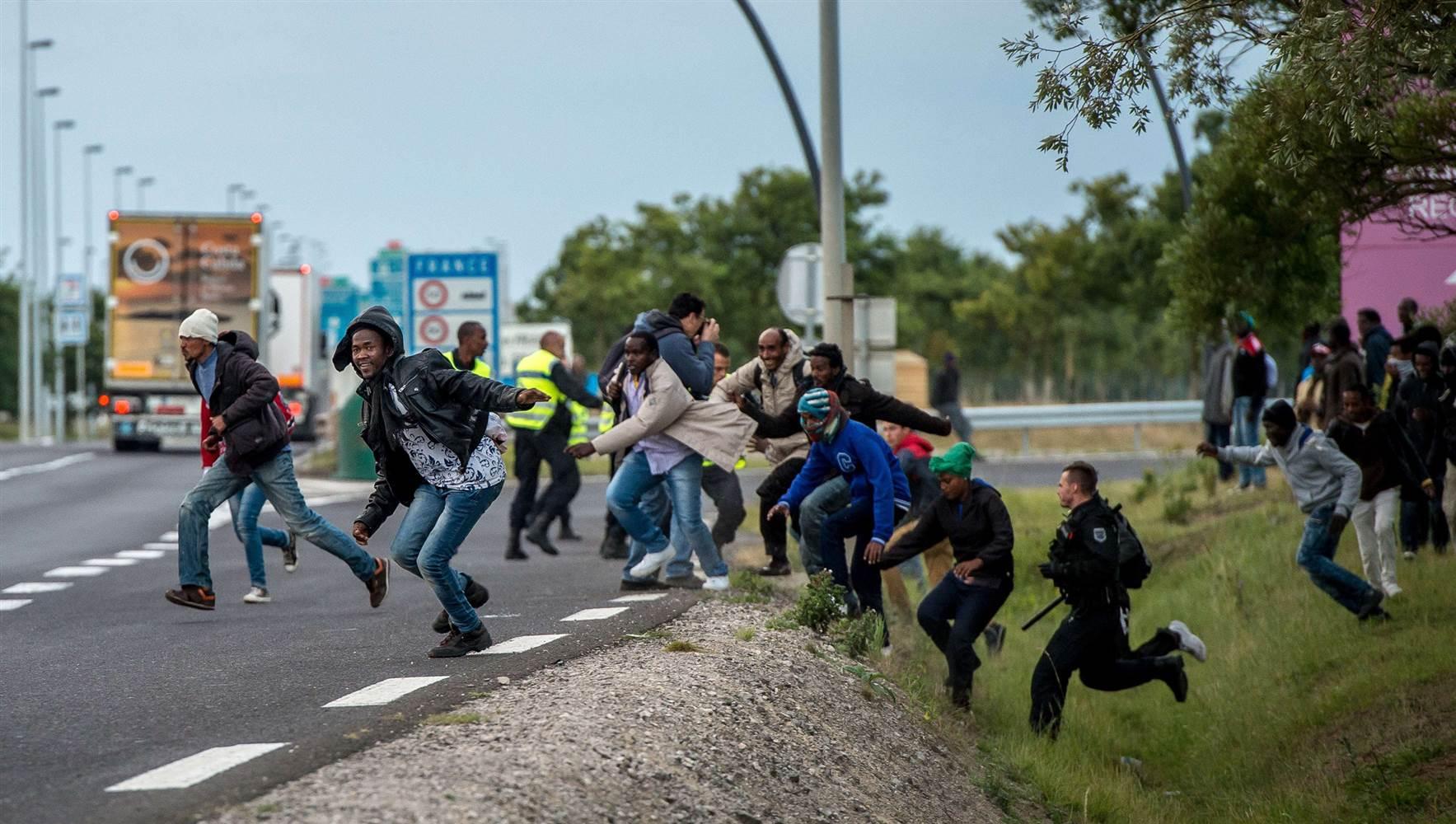 150730-calais-france-migrants-jpo-354a_037afc764ae03acd7725deac492d619e.nbcnews-ux-2880-1000